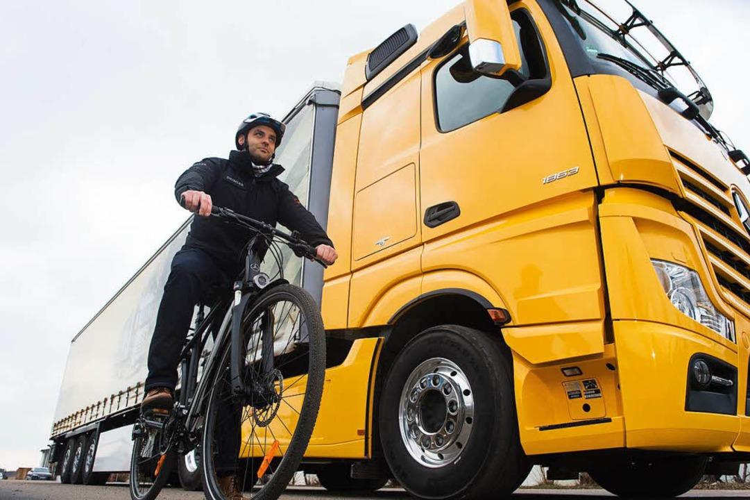 Gefährliche Situation für den Radfahre...er Lkw abbiegt, wird's brenzlig.  | Foto: dpa