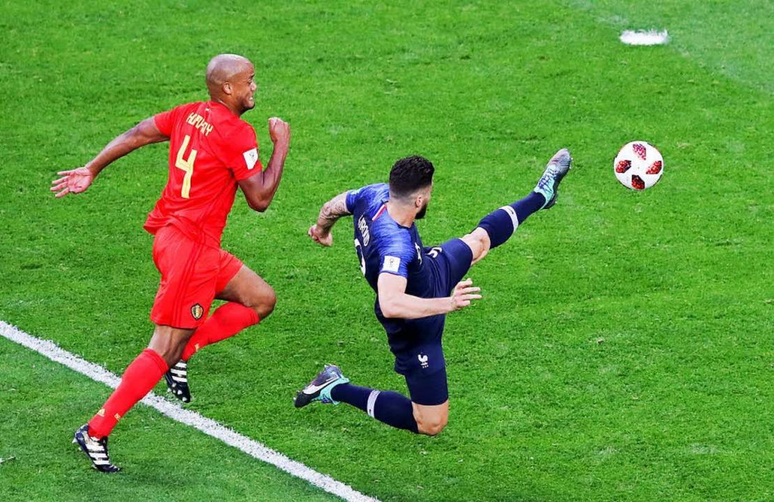 Vincent Kompany aus Belgien (l) kämpft...ier Giroud aus Frankreich um den Ball.  | Foto: dpa