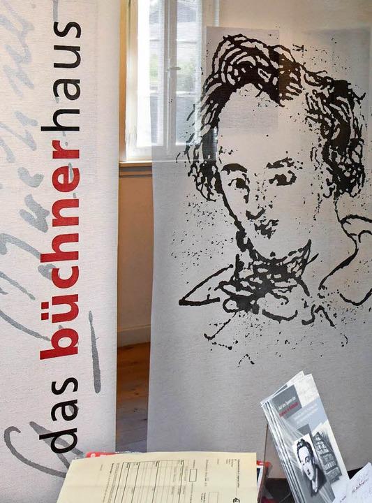 Eine Fahne mit dem Porträt des Schrift...s im südhessischen Riedstadt-Goddelau.  | Foto: dpa