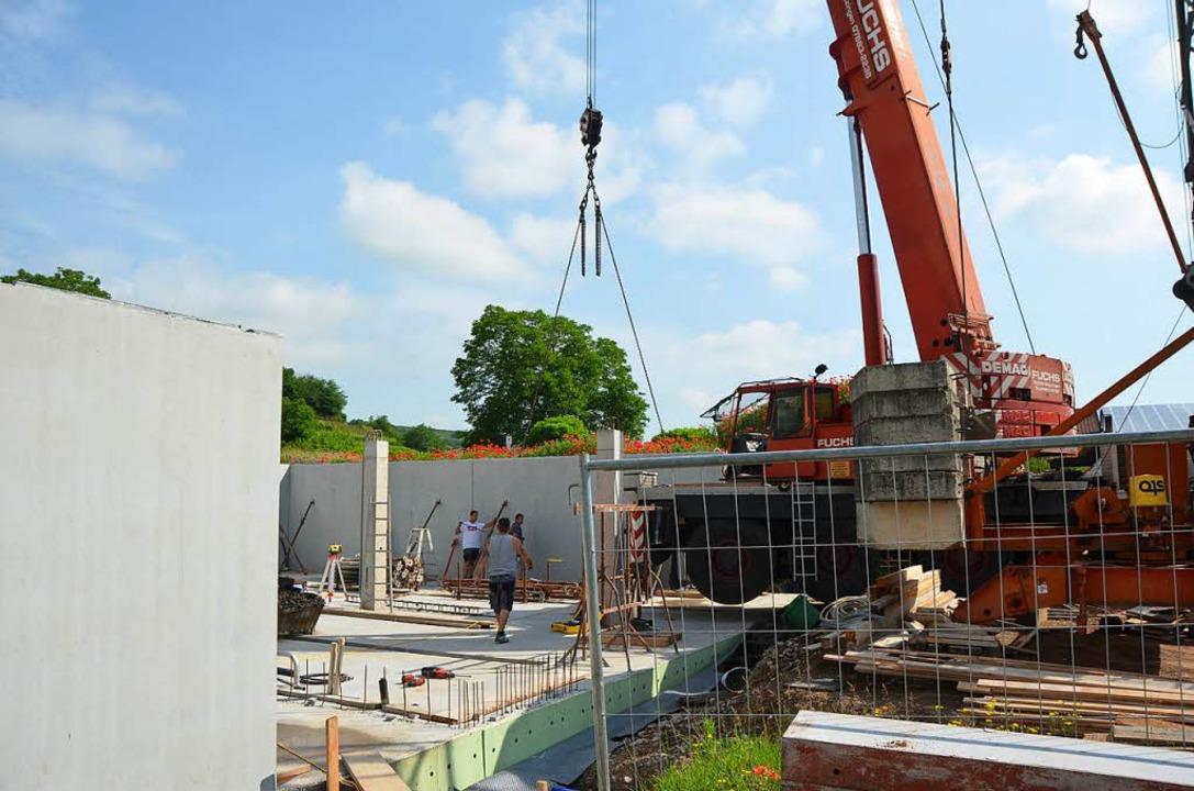 Mit einem großen Kran wurden Betonfert...ür den neuen Barriquekeller abgeladen.  | Foto: Gerold Zink