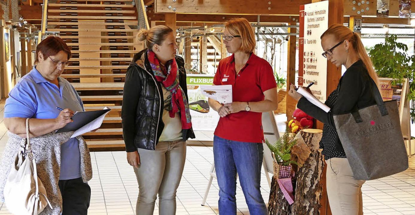 Die Jury Edda Nagel (links) und Pia We...roline Waldvogel (Zweite von rechts).   | Foto: Ralf Morys