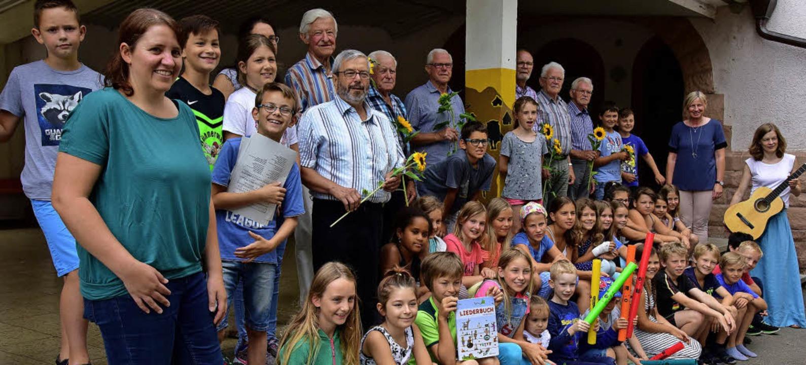 Kinder der  Grundschule Windenreute/Ma...er Gitarre sangen sie ein Lied daraus.  | Foto: Hans Meidhof