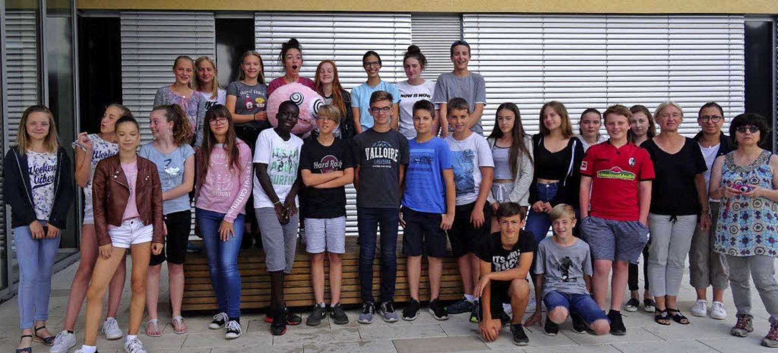 Französische und deutsche Schüler mit ...ts) vor dem Schulgebäude in Teningen.     Foto: Schule