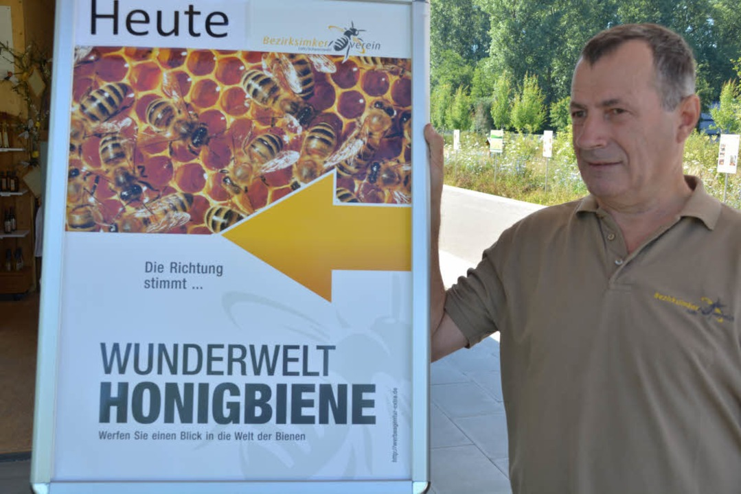 Vorsitzender Reinhard Rehm mit einer Hinweistafel  | Foto: Verein