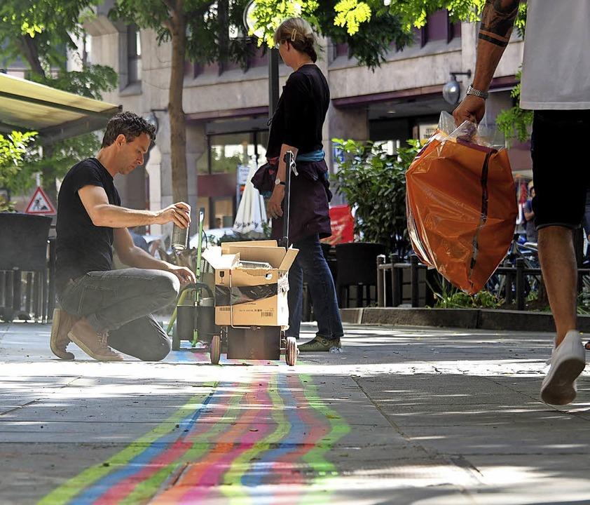 Florian Mehnert malt das farbige Leits... unsichtbaren Datenfluss visualisiert.  | Foto: Hannes Wolf
