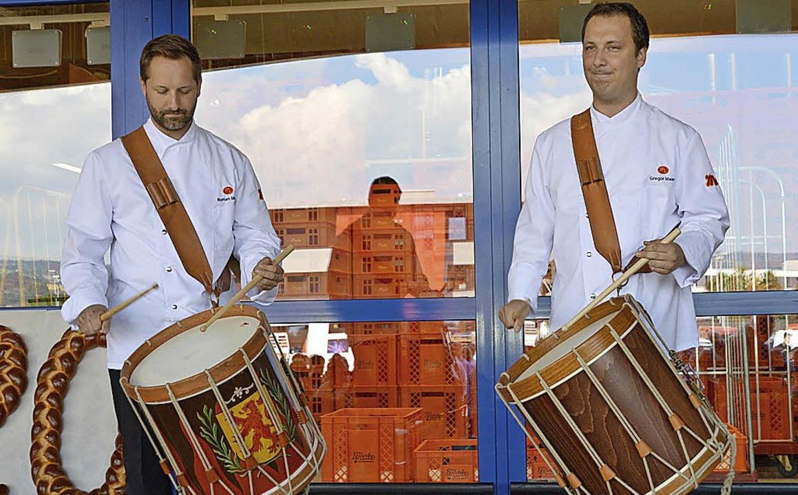 Roman (links) und Gregor Maier, Mitgli...ng der Bäckerei, eröffneten das Fest.   | Foto: Horatio Gollin