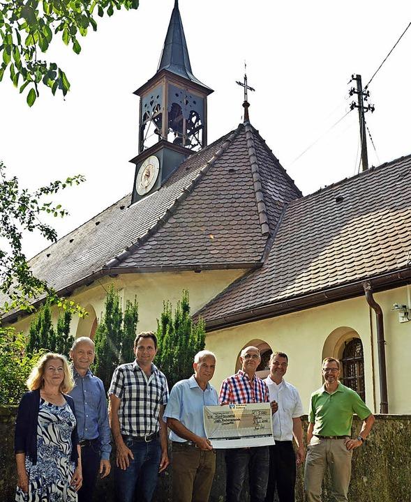Bei der Scheckübergabe waren dabei (vo...r (Gemeinderat und Sponsorvertreter)    | Foto: Gerhard Lück