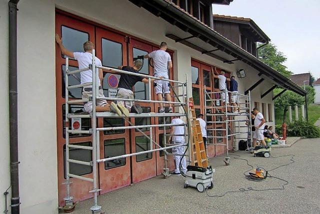 Schüler lackieren Tore