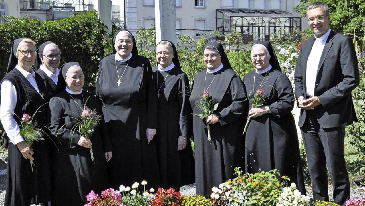Weihbischof Michael Gerber mit dem neu...eronika, Sr. Ulrike und Sr. Adelburga   | Foto: Orden