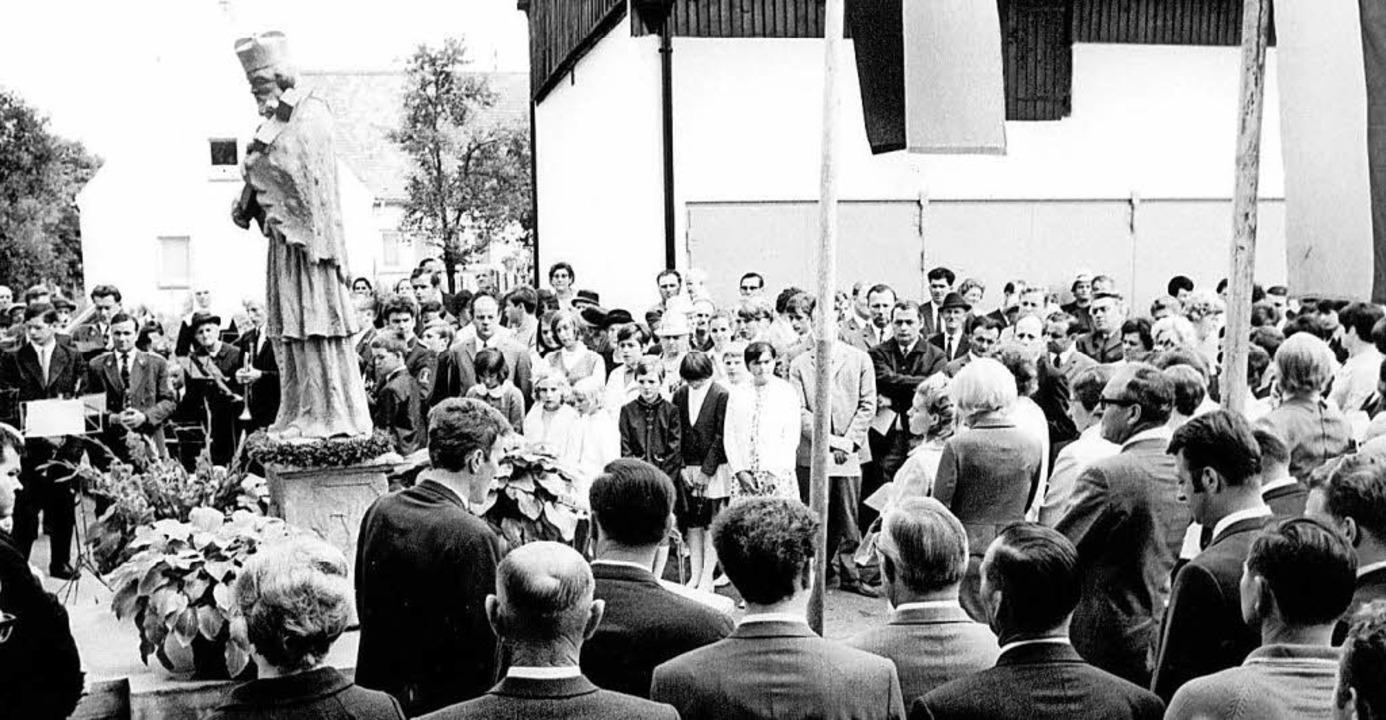 Die Weihe der Nepomuk-Statue gilt als Höhepunkt des ersten Festes 1969.   | Foto: geiger, stadtarchiv Neuenburg