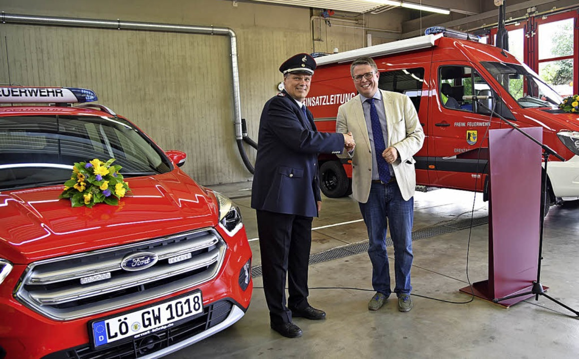Bürgermeister Tobias Benz (rechts) übe...Fahrzeuge an Kommandant Claus Werner.   | Foto: Feuerwehr Grenzach-Wyhlen