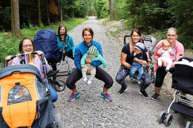 Bonndorfer Mütter machen mit ihren Babys im Wald Gymnastik