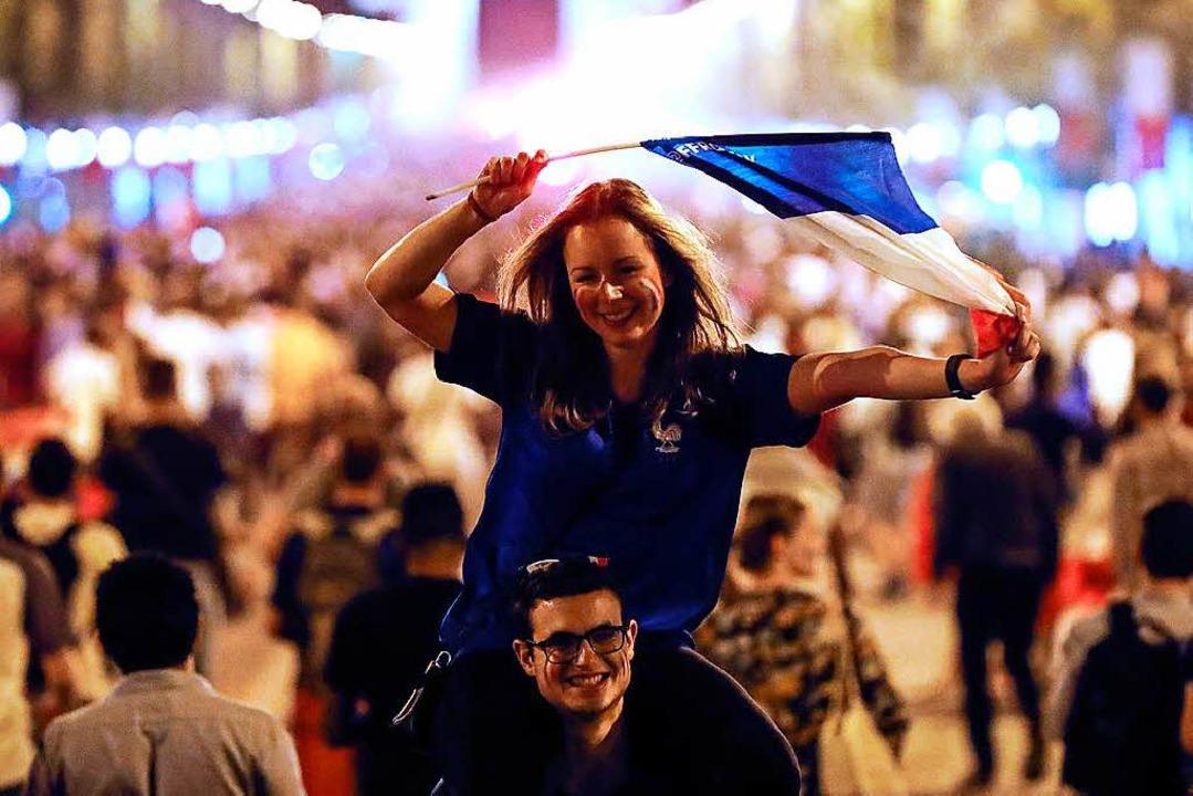 Französische Fans feiern in der Nacht ...twoch auf den Champs Elysées in Paris.  | Foto: dpa