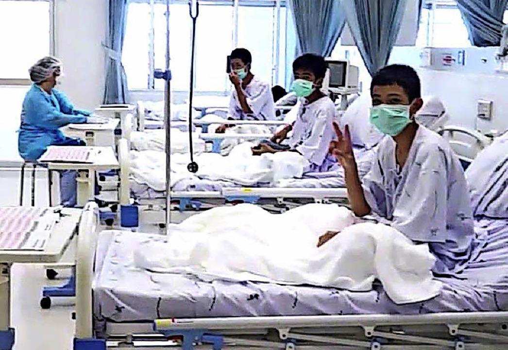 Drei der geretteten Jungen im Krankenhaus von Chiang Rai   | Foto: dpa