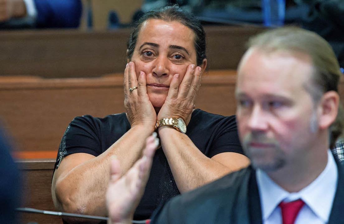 Fassungslos – Elif Kubasik, die ...pfers Mehmet Kubasik, im Gerichtssaal   | Foto: dpa