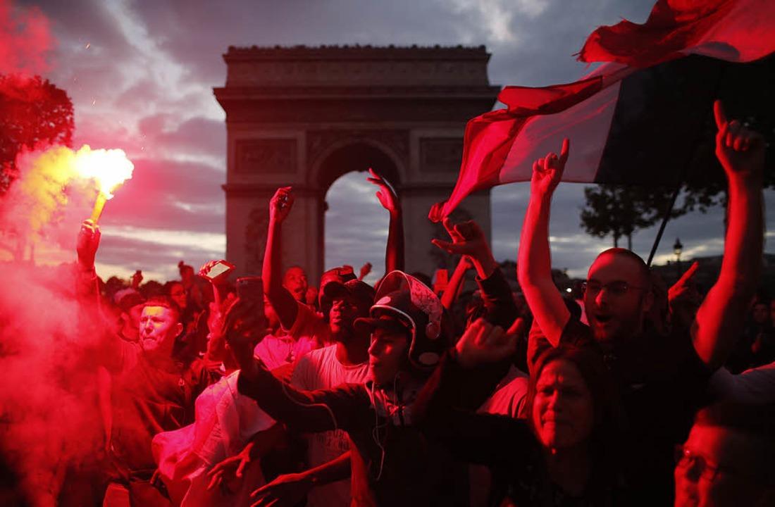 Siegesfeier vor Triumphbogen: Fans in Paris am Dienstagabend   | Foto: AFP