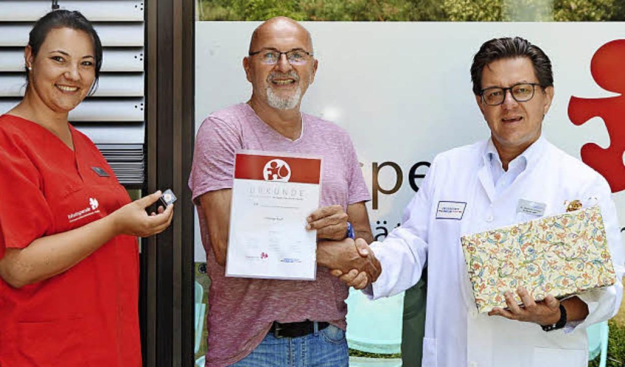 Dr. Markus Umhau (rechts) ehrte gemein...agierten Spender Thomas Koch (Mitte).   | Foto: Universitätsklinikum Freiburg