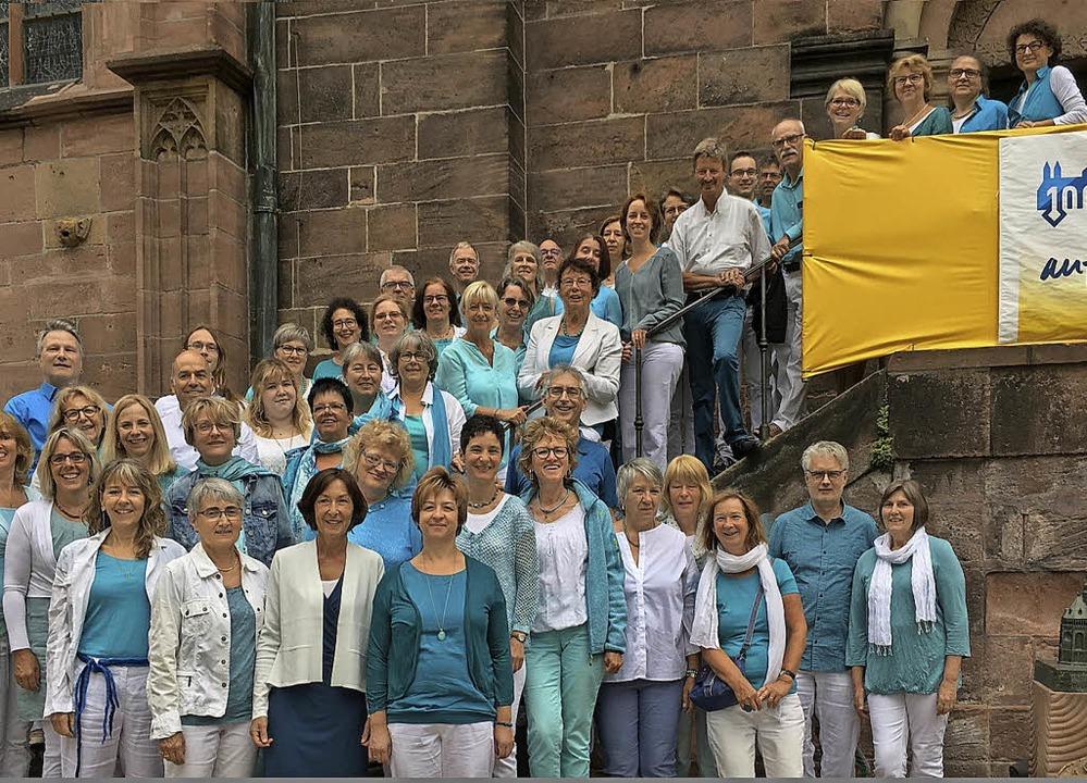 Mit Gospelstücken bereicherten die Mit... zum Erinnerungsfoto vor der Kirche.      Foto: Privat