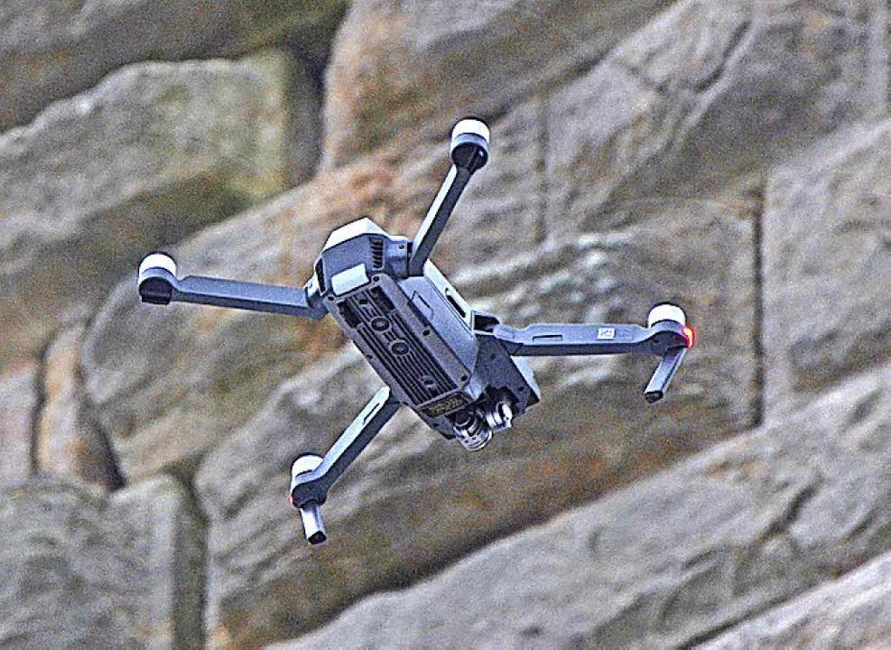 Die Drohne scannt einen Riss in der Mauer des Turms der Ruine Steinegg.  | Foto: Friedbert Zapf