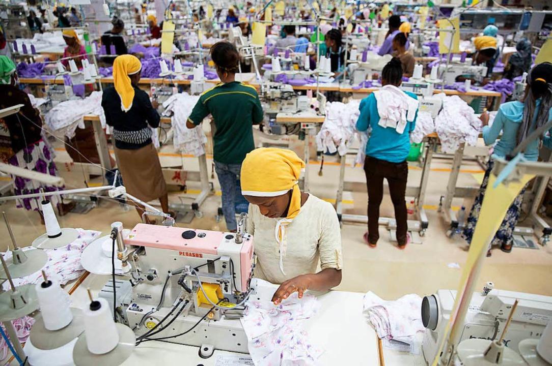 Die Arbeit in einer Textilfabrik ist hart.  | Foto: dpa
