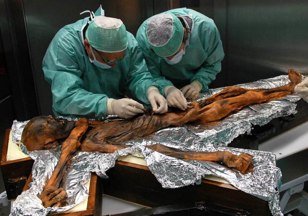Forscher nehmen Magenproben bei Ötzi.     Foto: DPA