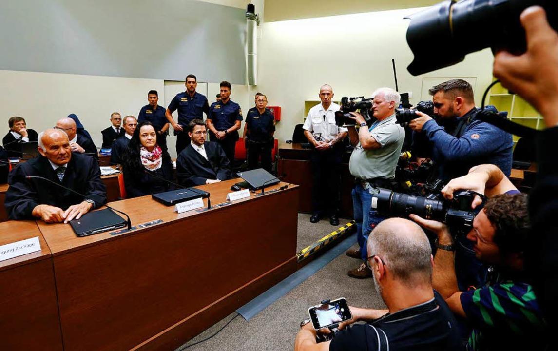 Diesen Gerichtssaal kennt auch Anwalt Behnke  gut. Vorn Beate Zschäpe  | Foto: AFP