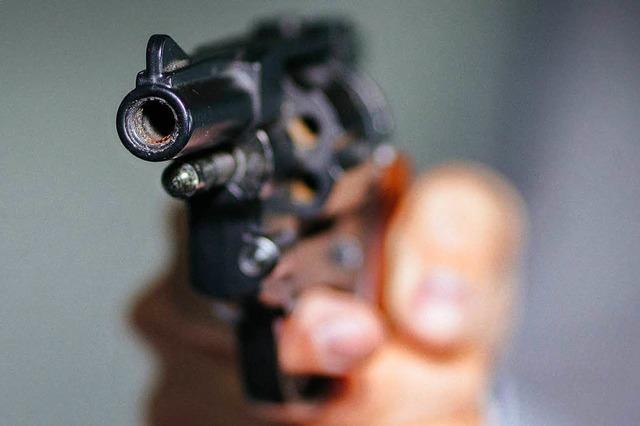 Polizist soll mit Waffe bedroht worden sein und schießt Angreifer ins Bein