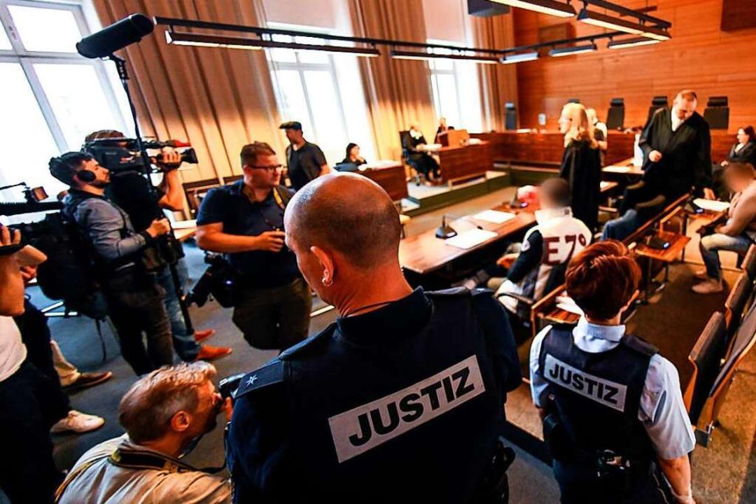 Am ersten Prozesstag war der mediale Andrang groß.  | Foto: dpa