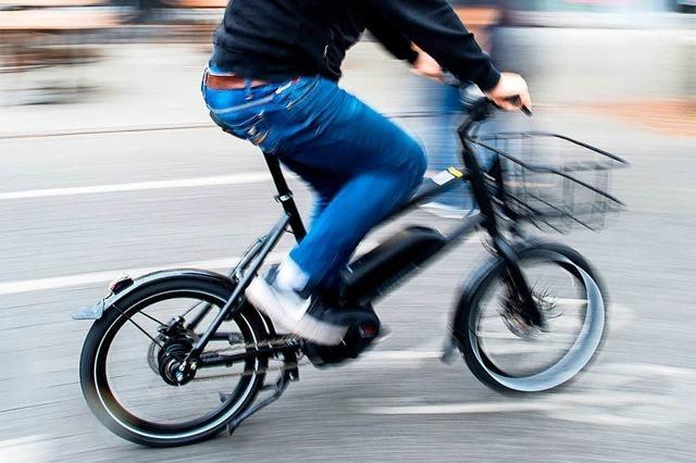 53-jähriger Radfahrer stürzt bei einem Unfall