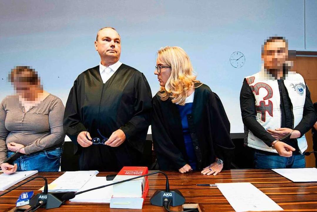 Berrin T. (links) mit ihrem Anwalt Mat...s) mit seiner Anwältin Martina Nägele.  | Foto: Thomas Kienzle (AFP)