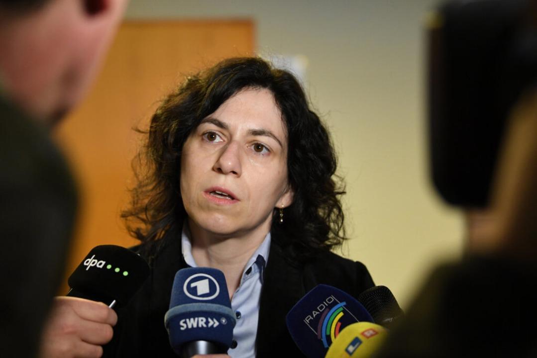 Katja Ravat stellt sich  im April beim... wartender Reporterinnen und Reporter.  | Foto: dpa