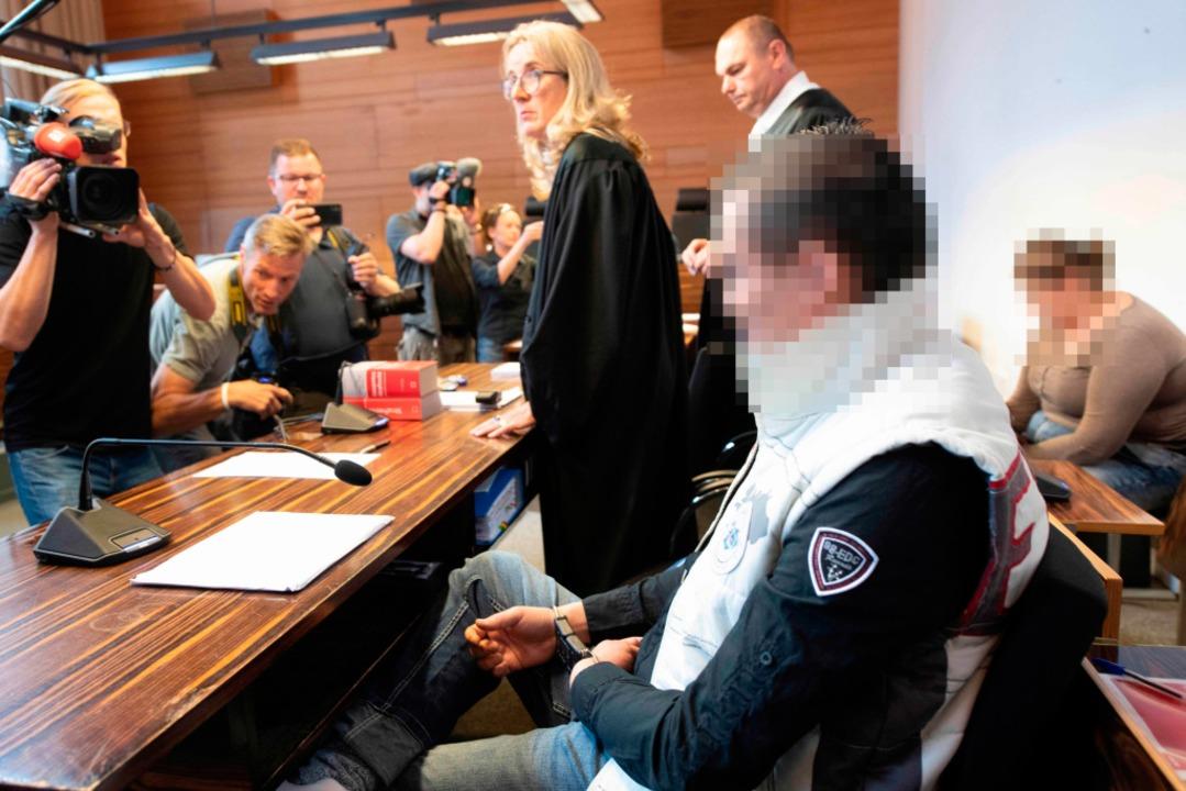 Christian L. und Berrin T. beim Prozessauftakt auf der Anklagebank.  | Foto: AFP (Thomas Kienzle)