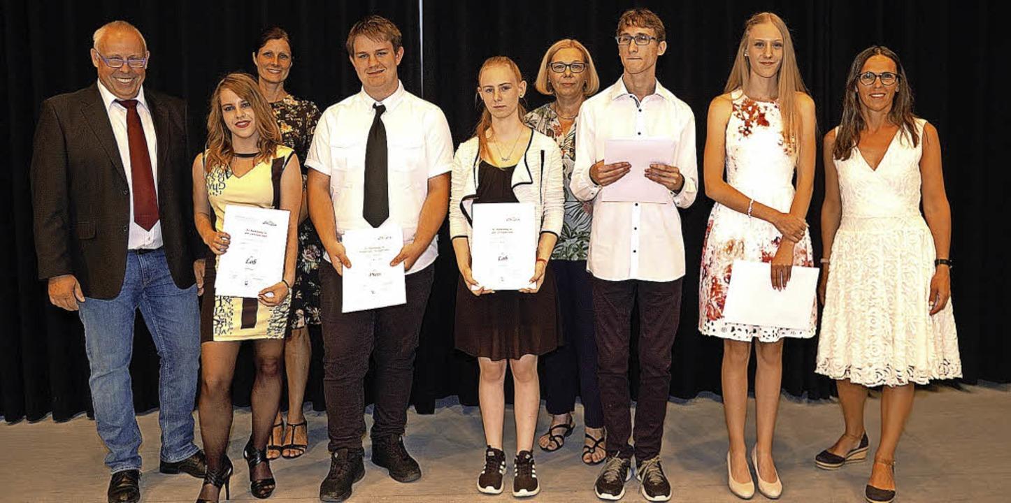 Schulleiter Frank Klauser (links) zeic...n einige Schülerinnen und Schüler aus.  | Foto: Jürgen Schweizer