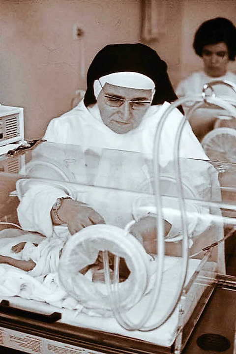 Die Ärztin Schwester Lukardis Spitzmül... Frühgeborenen-Station mit Brutkasten.  | Foto: Kloster St. Lioba