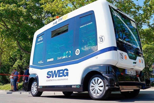 Autonom fahrender Bus kurvt im Schneckentempo durch Lahr