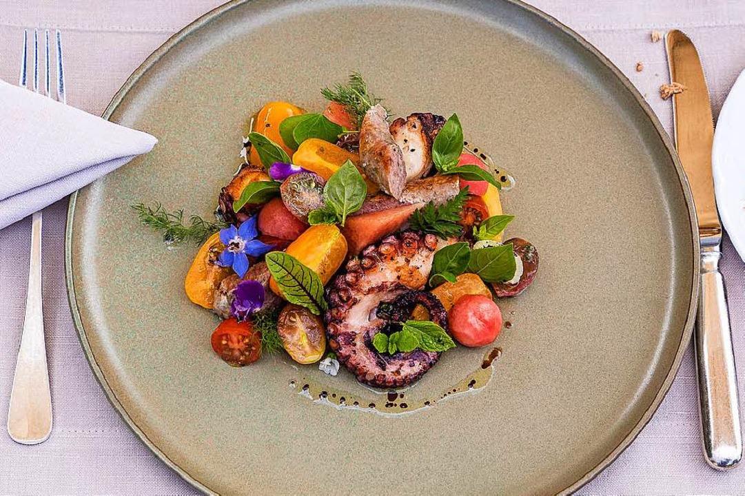 Bunter Salat mit gebratenem Pulpo und hausgemachten Wildschwein-Bratwürstchen  | Foto: Michael Wissing