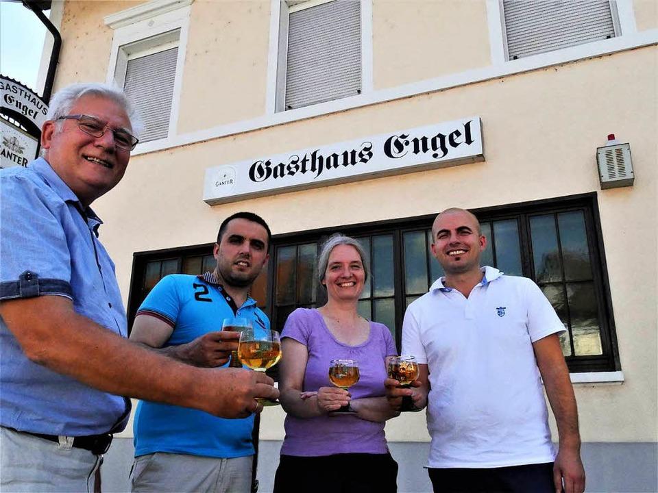 Stoßen darauf an, dass das Gasthaus En...i, Corinna Franzen und Xhelal Muziaqi   | Foto: Jörn Kerckhoff