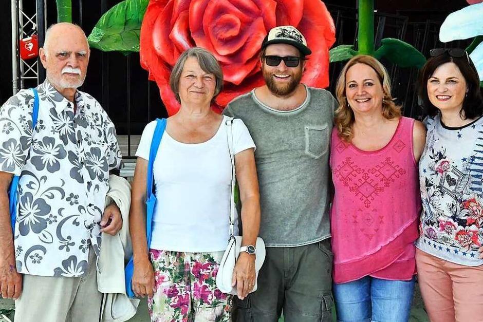 Doris Albert, Ingeborg und Georg Geiger sowie Kerstin Schröder waren die vier glücklichen Gewinner, die mit der Verlosungs-Aktion der Badischen Zeitung die Gelegenheit bekamen,  Gregor Meyle vor dem Konzert persönlich zu treffen. (Foto: Wolfgang Künstle)