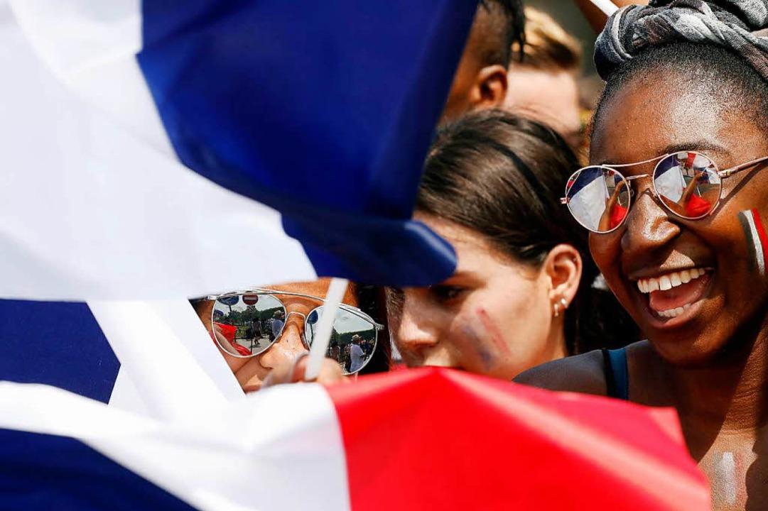 Beim Public Viewing in Paris fiebern tausende Fans auf den Spielbeginn hin  | Foto: dpa