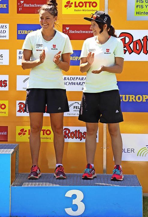 Unzertrennlich:  Carina Vogt (links) a...rb belegte das Duo den dritten Platz.   | Foto: Dieter Maurer