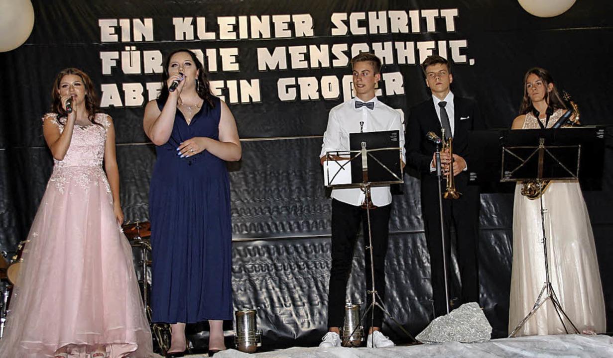 Abschlussfeier mit Schulband in der Wi...rank Schönberger vom Autohaus Märtin.   | Foto: Mario Schöneberg