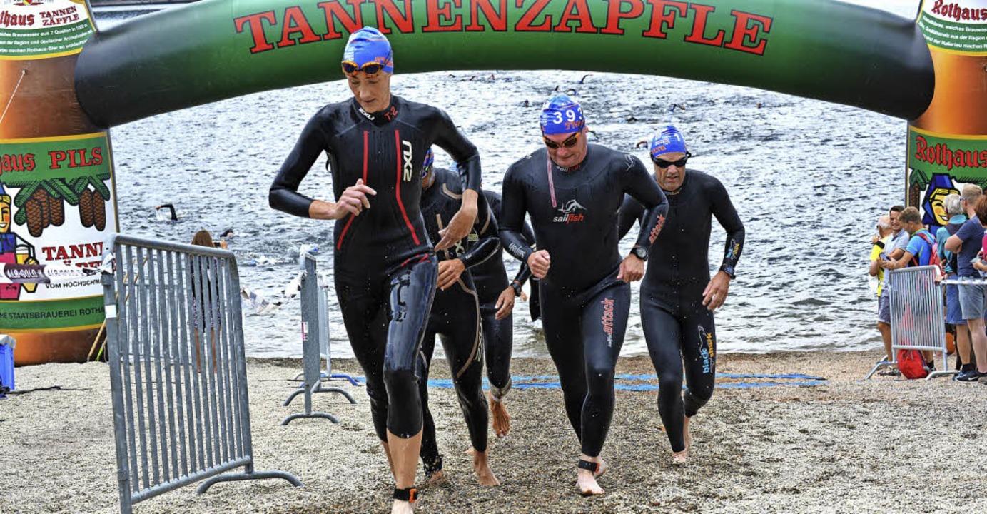 Der kurze Landgang nach einer Schwimmr...isziplin für die Zuschauer spannender.  | Foto: Murst