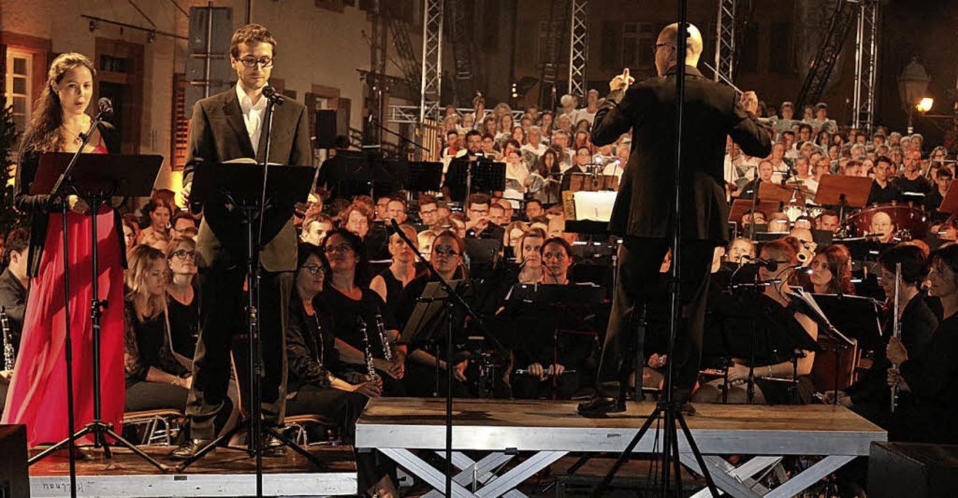 Die Solisten Johannes Weng (Bariton) u...Hier mit Dirigent Thierry Abramovici.   | Foto: Karin Heiss