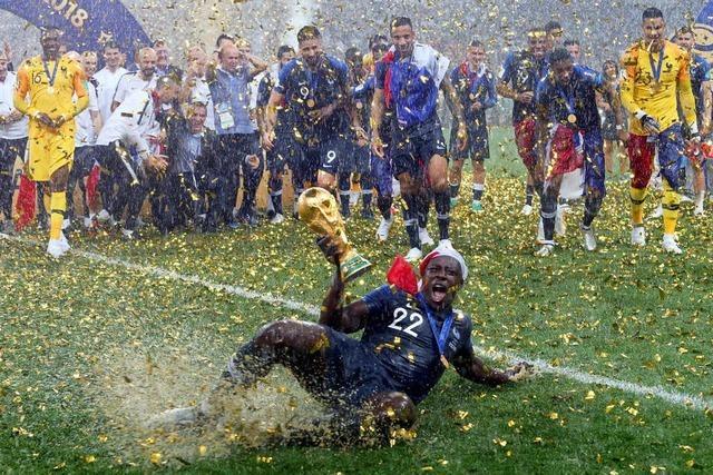 Frankreichs Nationalelf feiert den Weltmeister-Titel im strömenden Regen