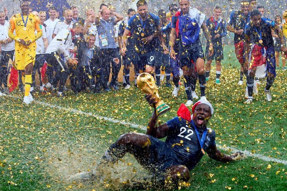 Die neuen Weltmeister feiern im strömenden Regen ihre Sieg gegen Kroatien. (Foto: dpa)