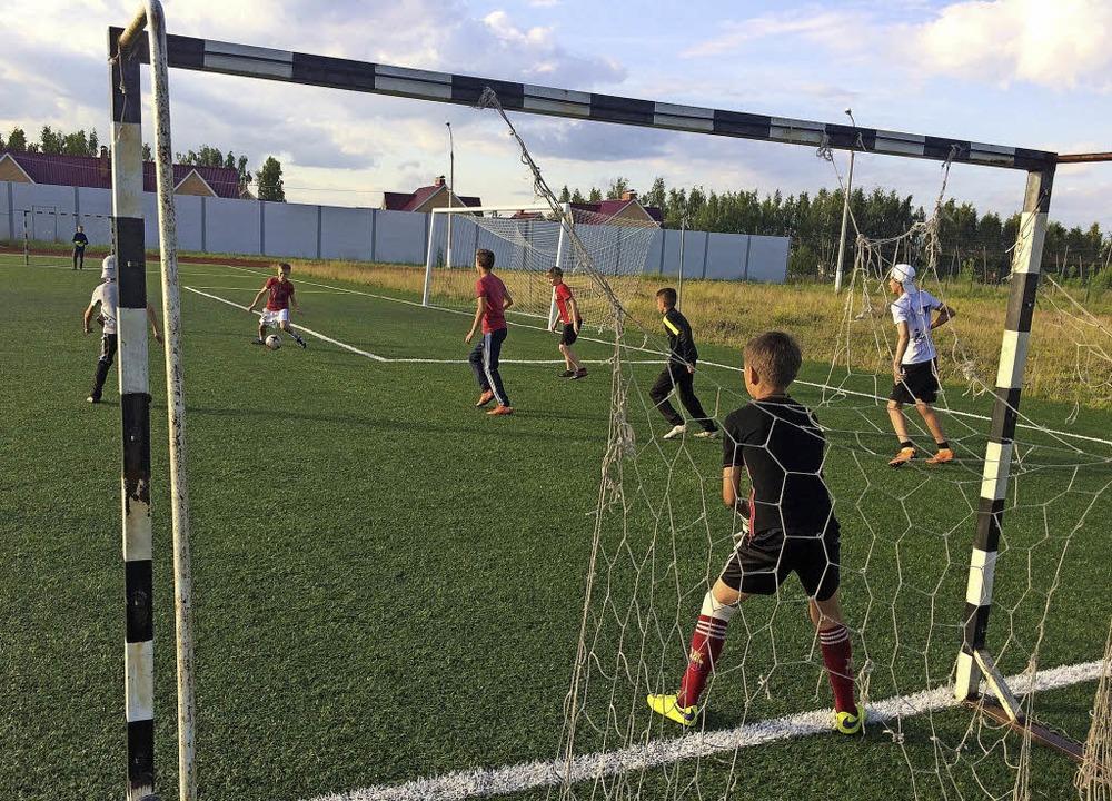 Kicken und träumen: Nachwuchsfußballer auf dem Sportplatz von Ziwilsk  | Foto: Stefan Scholl