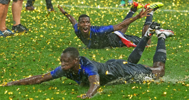 Geerdete Weltmeister? Mit einer Rutsch... Mendy den Titelgewinn der Franzosen.   | Foto: dpa