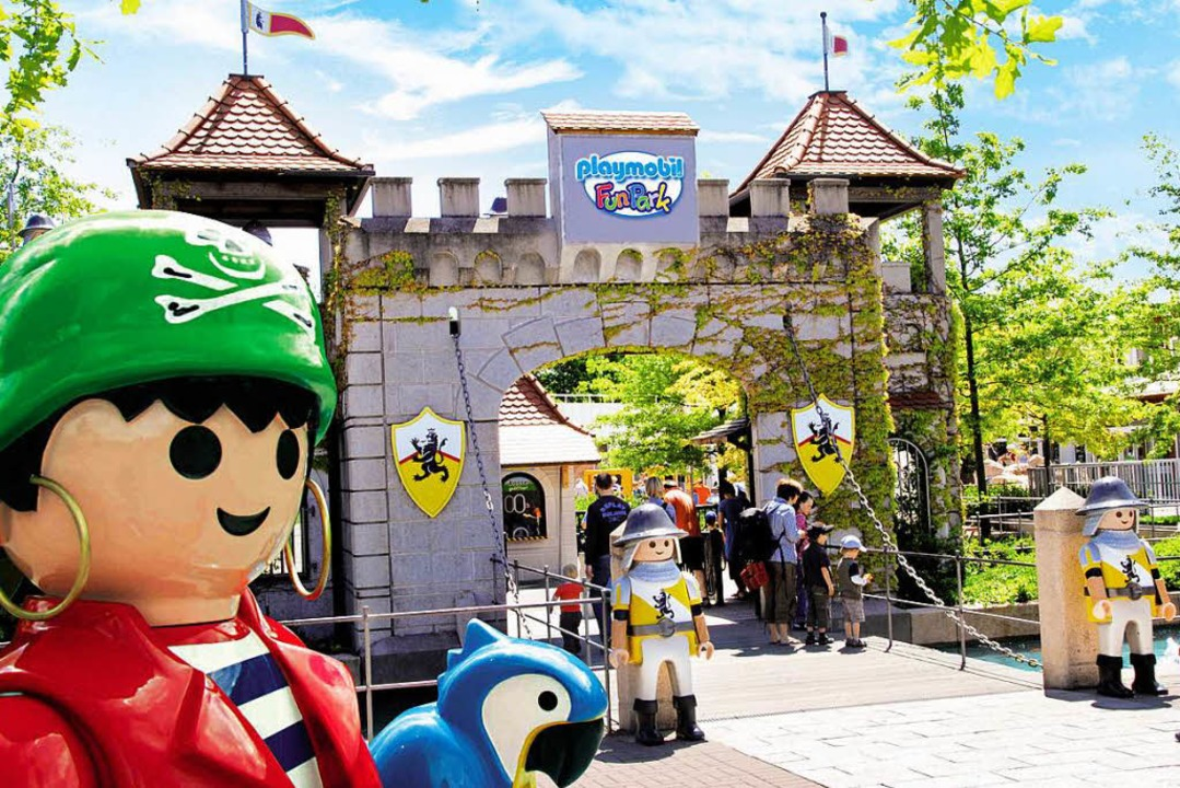 Am Eingang zum Playmobil-Funpark bei Nürnberg beginnt das Abenteuer.  | Foto: Playmobil-Funpark/ geobra