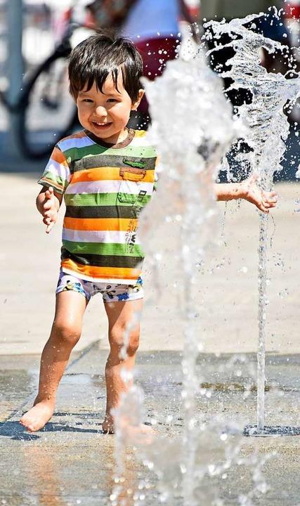 Ganz unproblematischen Wasserspaß gibt...tänen an der anderen Ecke des Platzes.  | Foto: Michael Bamberger