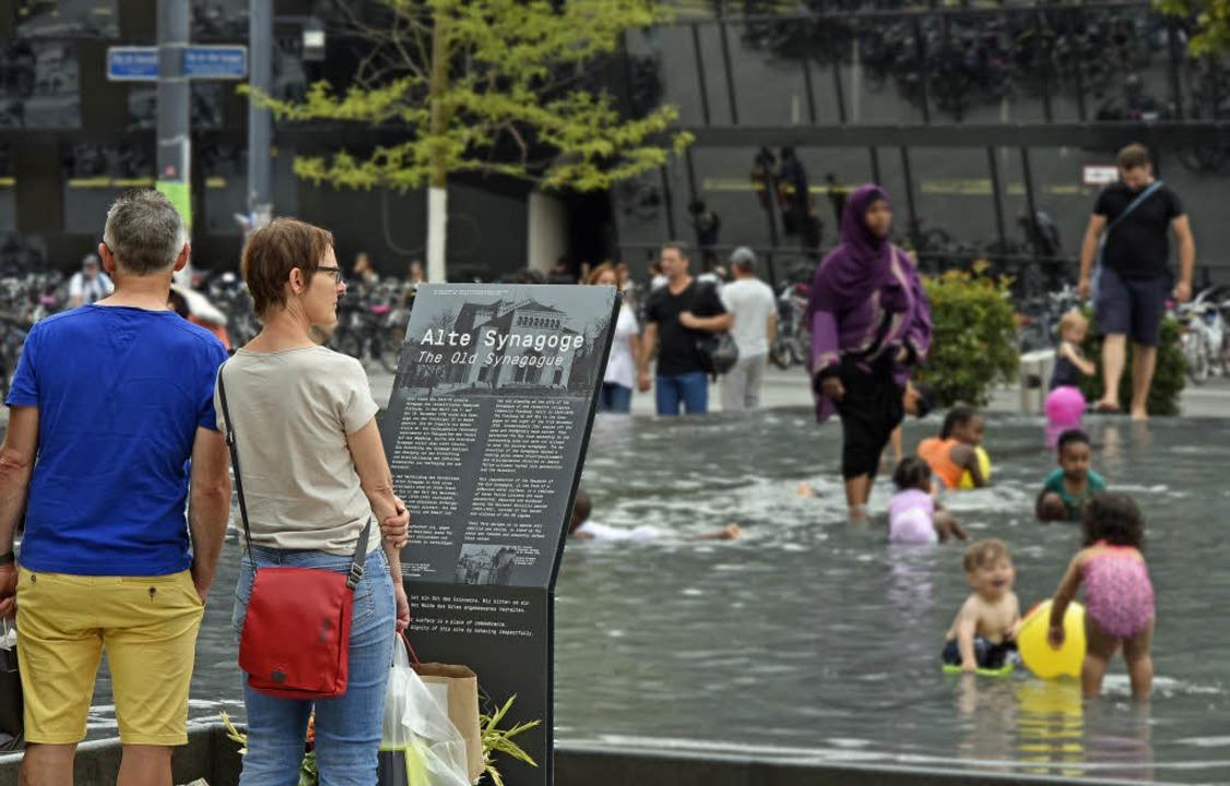 Der Gedenkbrunnen erinnerte am Wochene...ils eher an ein Freibad-Planschbecken.    Foto: Michael Bamberger